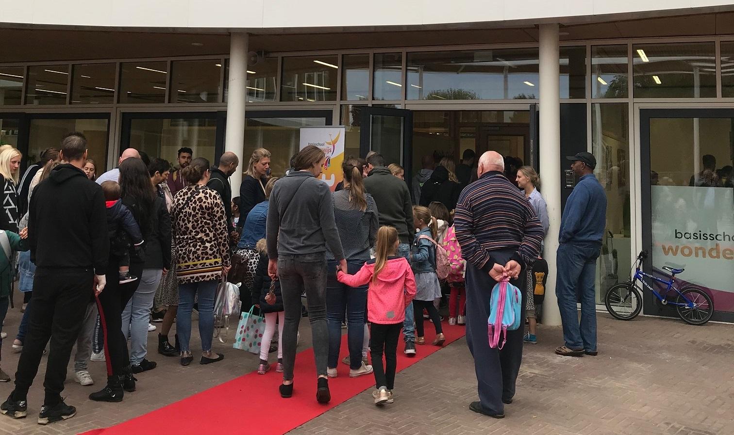 Leerlingen en teamleden Wonderwijs nemen nieuw schoolgebouw feestelijk in gebruik